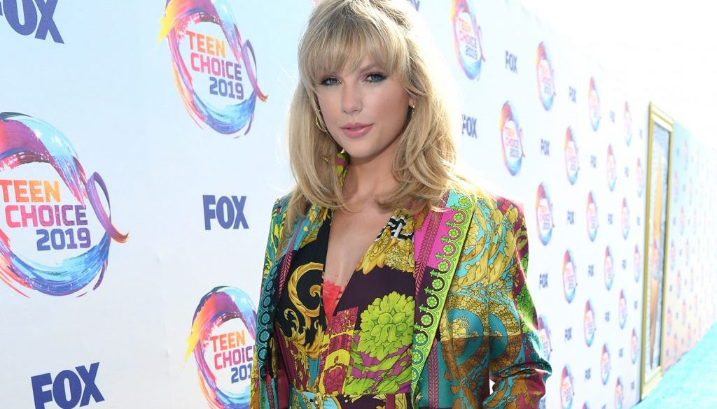 Taylor Swift Rocks Colorful Ensemble at the 2019 Teen Choice Awards