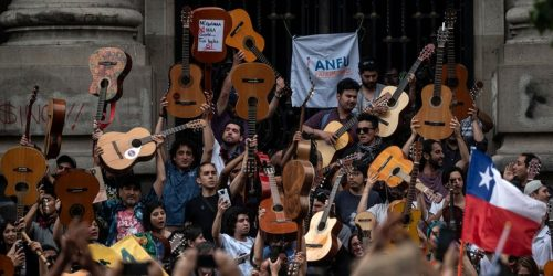 "Watch Thousands of Chilean Protesters Sing Víctor Jara's ""The Right to Live in Peace"""
