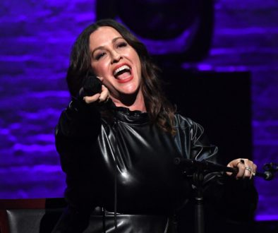 Concert Review: Alanis Morissette's 'Jagged Little Pill' Acoustic Show Leaves Apollo Crowd Head Over Feet