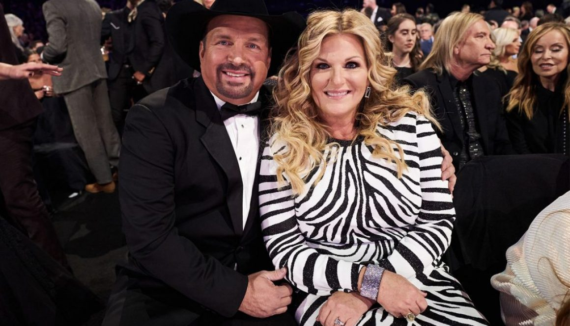 Garth Brooks Extends Longevity on Hot Country Songs Chart With Blake Shelton Duet 'Dive Bar'