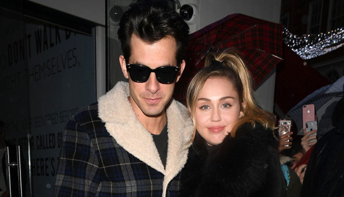 'SNL': Miley Cyrus Joined by Mark Ronson, Sean Lennon for 'Happy Xmas (War Is Over)'